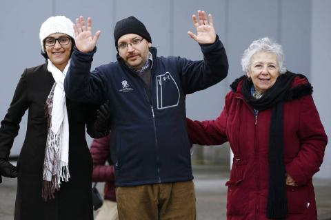 Jason Rezaian zwaait naar de media samen met zijn vrouw en moeder na zijn vrijlating. Fotograaf: Kai Pfaffenbach/Reuters
